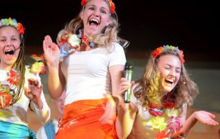 tanzende Mädchen, die lachen