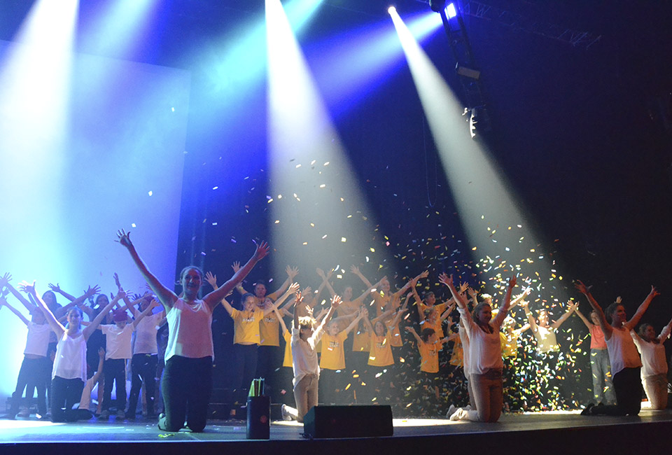 Schlusspose bei Musical Future Stars auf der Werkstattbühne im Festspielhaus Bezau