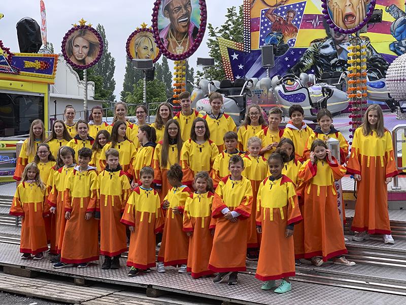 Gruppenfoto vom Kinderchor und Jugendchor von KISI Vorarlberg