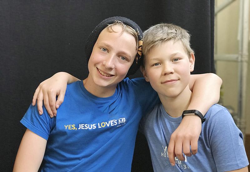 Zwei Jungs umarmen sich