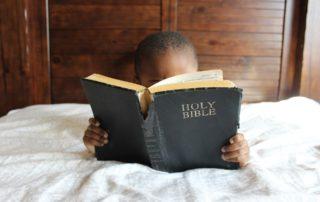Kind mit Bibel