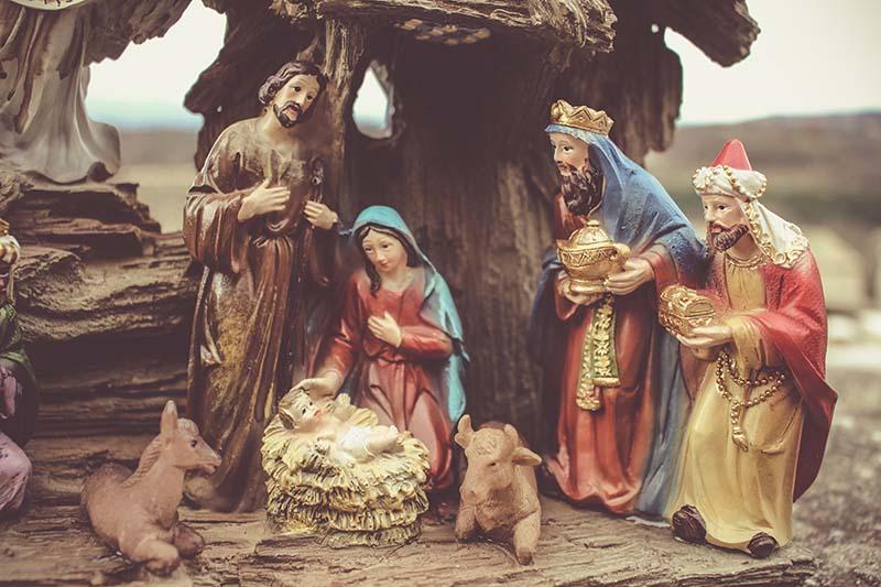 Krippenfiguren Josef und Maria mit Jesukind, zwei der drei Könige sind da