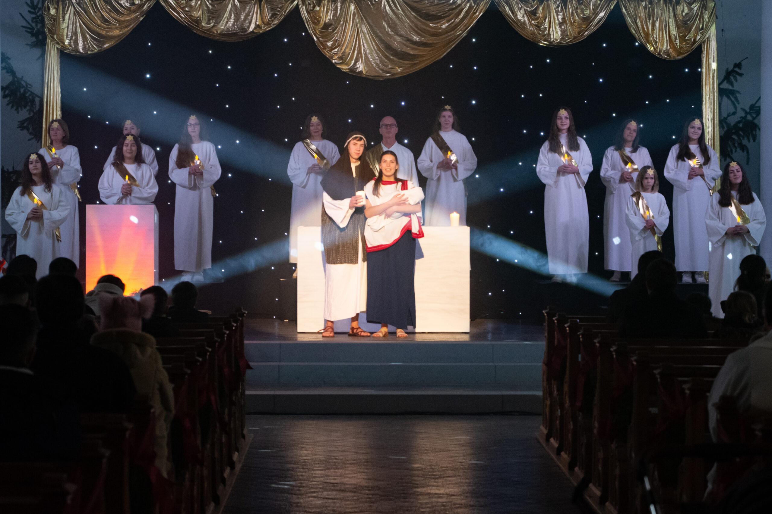 Maria und Josef auf der Bühne mit Engel